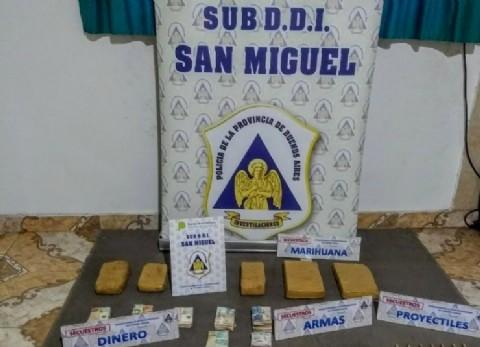 """Tenían panes, pero de los """"duritos"""": caen tres dealers de marihuana, secuestran arma y más de 200 mil pesos"""