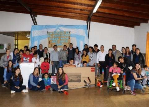 El jefe comunal de San Andrés de Giles entregó equipamiento a la Escuela Nº 501