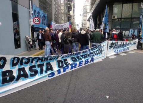 A horas del Día del Periodista, lejos se está de festejar con despidos y salarios por el piso