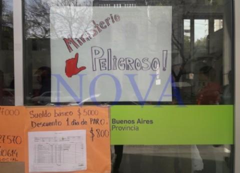 Protestas contra el funcionamiento de los molinetes de control en el Ministerio de Desarrollo Social
