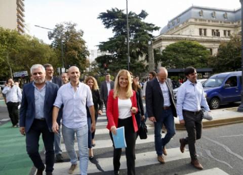 Los intendentes peronistas bonaerenses entregaron en la Gobernación un documento de reclamo para Vidal