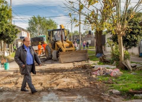 Berazategui: Mussi recorrió obras de bacheo en el barrio Villa Mitre