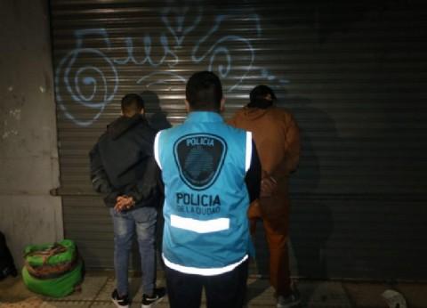 Detuvieron infraganti a dos dealers peruanos en Once