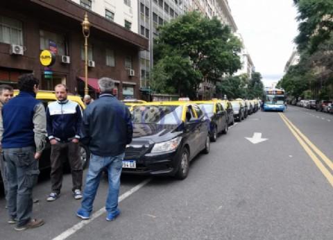"""Los taxistas amenazan con una protesta """"por tiempo indeterminado"""" contra Uber"""