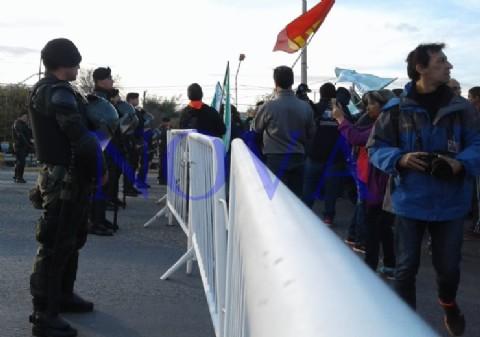 Hay gato encerrado: el Presidente llegó a Neuquén y hubo repudio en las calles