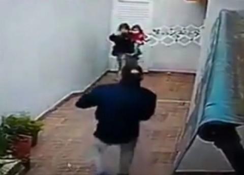Con una beba de un año en brazos, una pareja asaltó y torturó a dos ancianas
