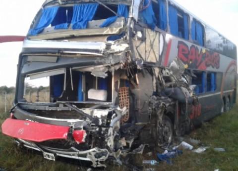 Corrientes: un muerto y 12 heridos tras un choque entre un camión y un colectivo