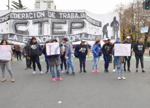 Trabajadores de Economía Popular reclamaron frente a Gobernación: denuncian que no cobran hace tres meses