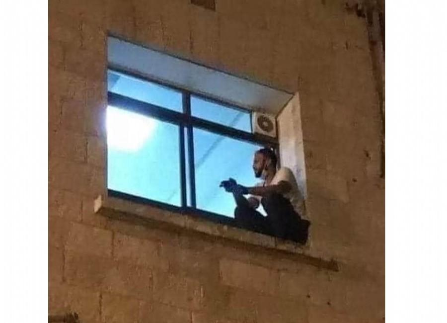 Hombre trepa hasta la ventana de un hospital para despedirse de su madre, enferma de covid